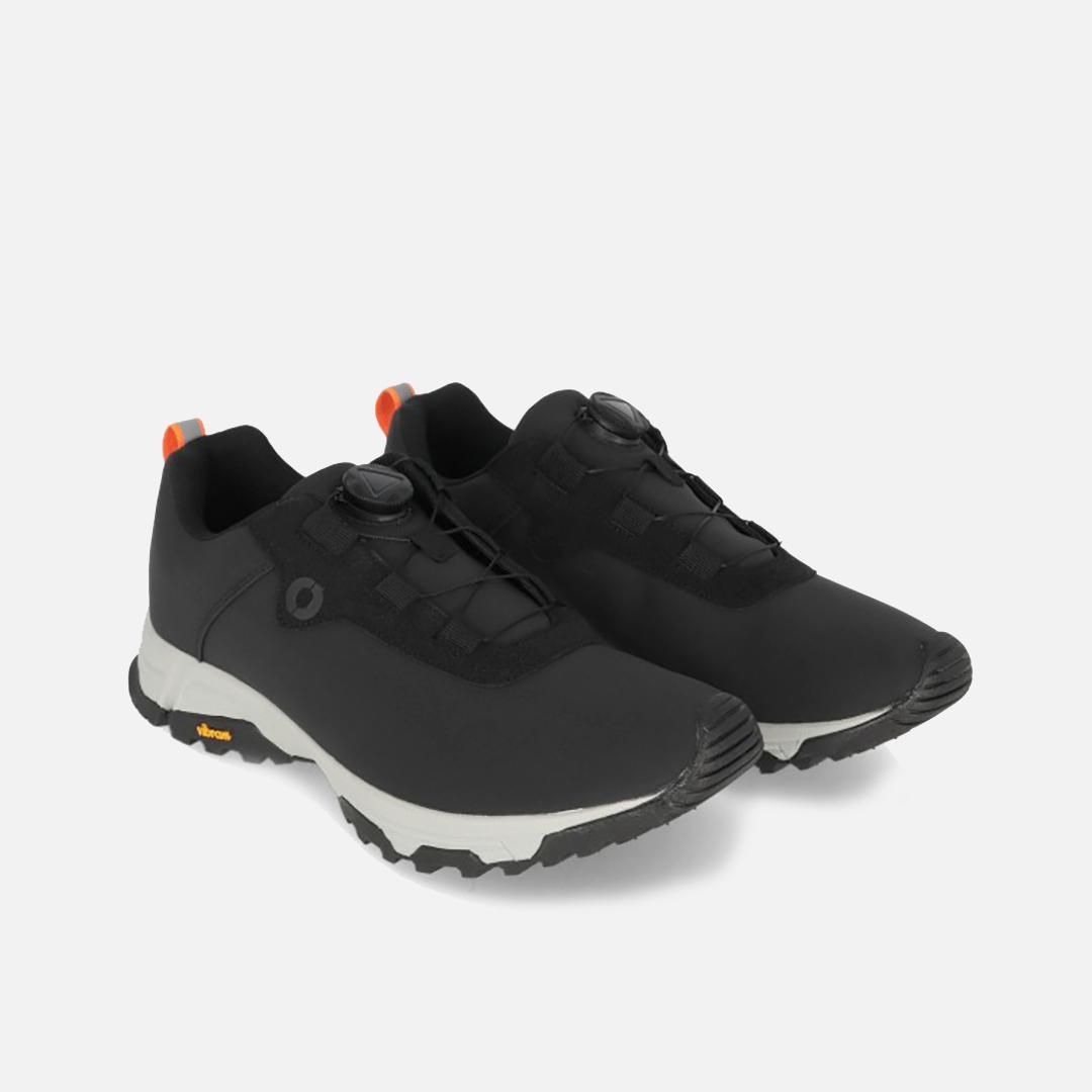 Vattentåliga skor med anti-slip-sula från Vibram. Saknar skosnören och du spänner med en snurrskiva.
