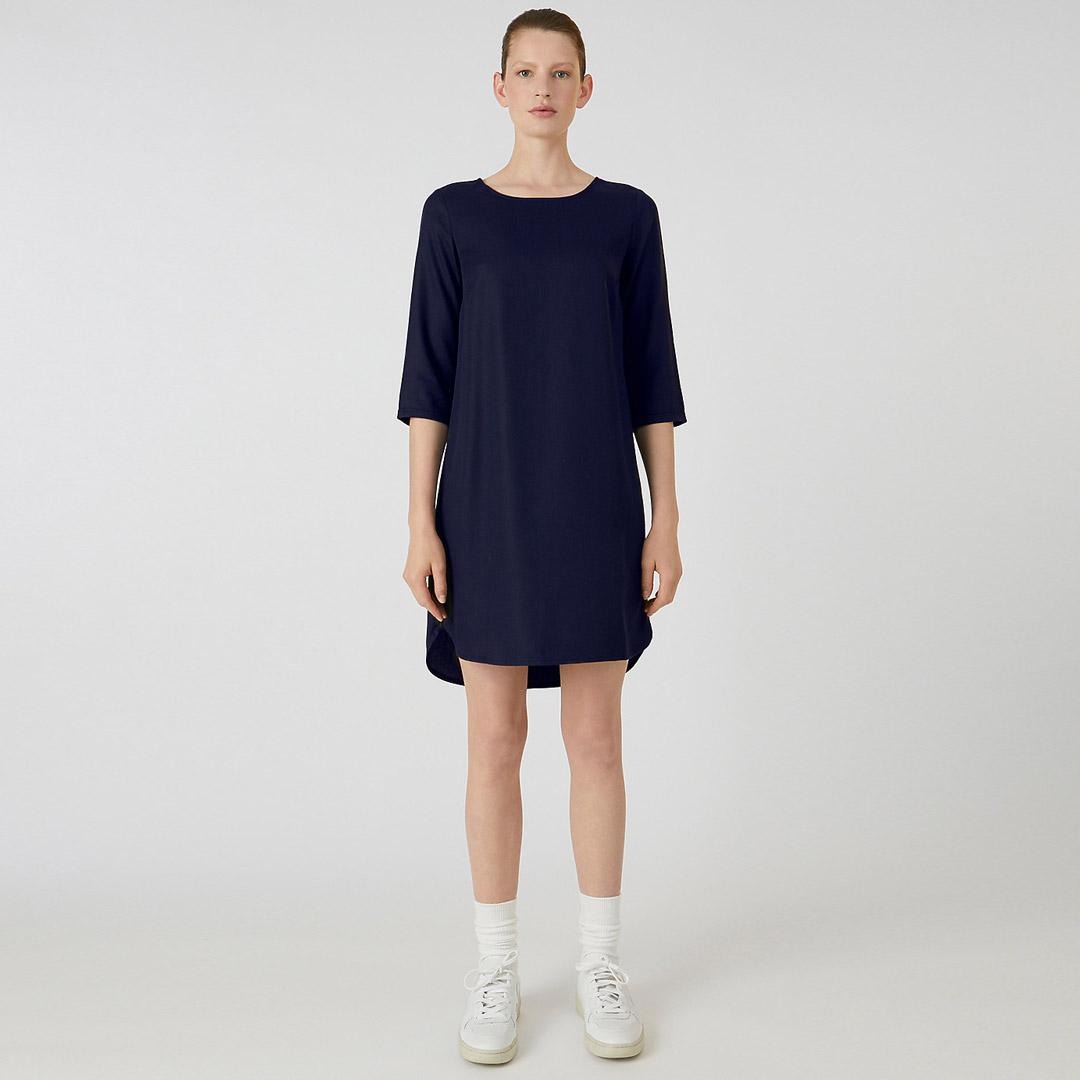 marinblå klänning i tencel