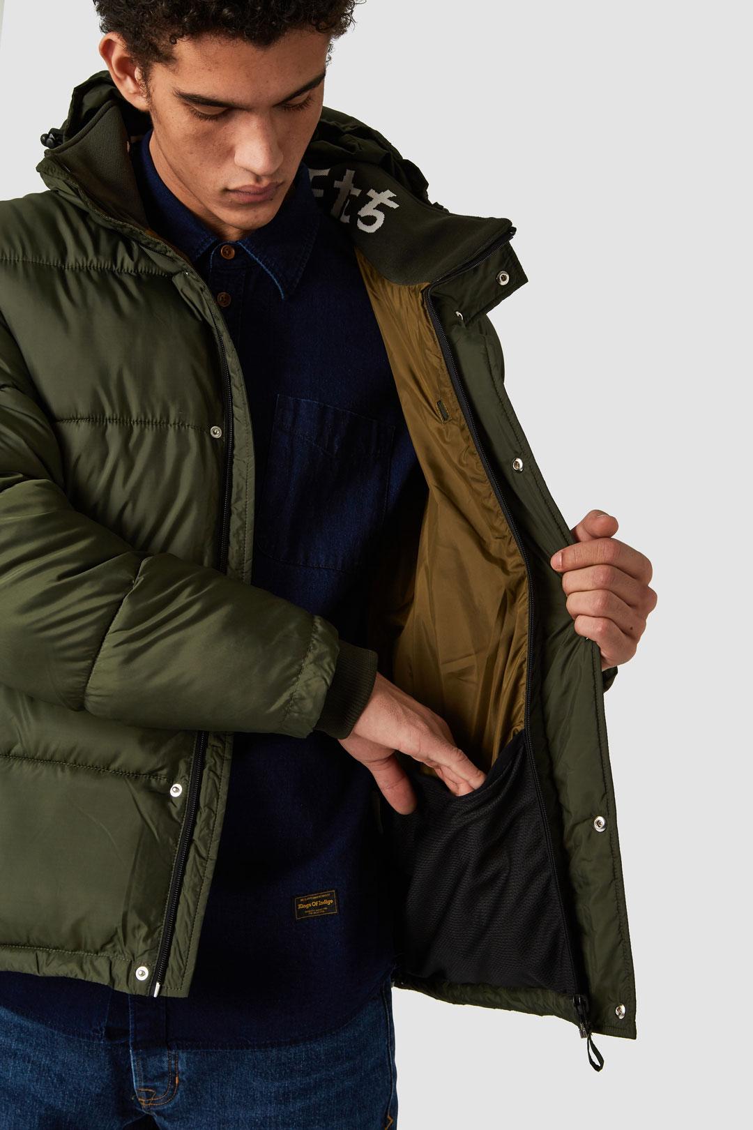 Vinterjacka tillverkad av 100% återvunnen polyester. Annei Military Green från Kings of indigo