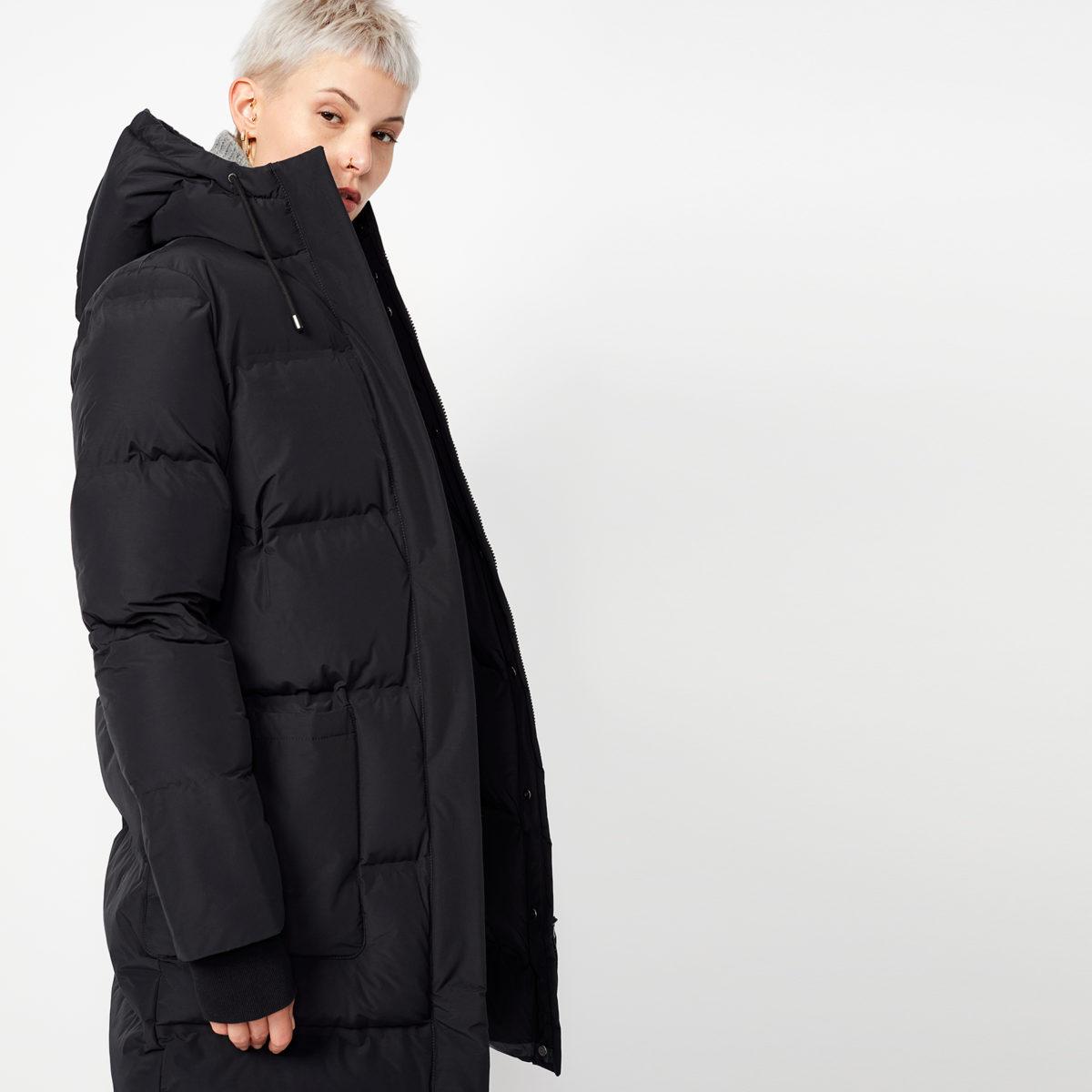 Vinterkappa Aike Black från Langerchen tillverkad av ekologiska & återvunna material.