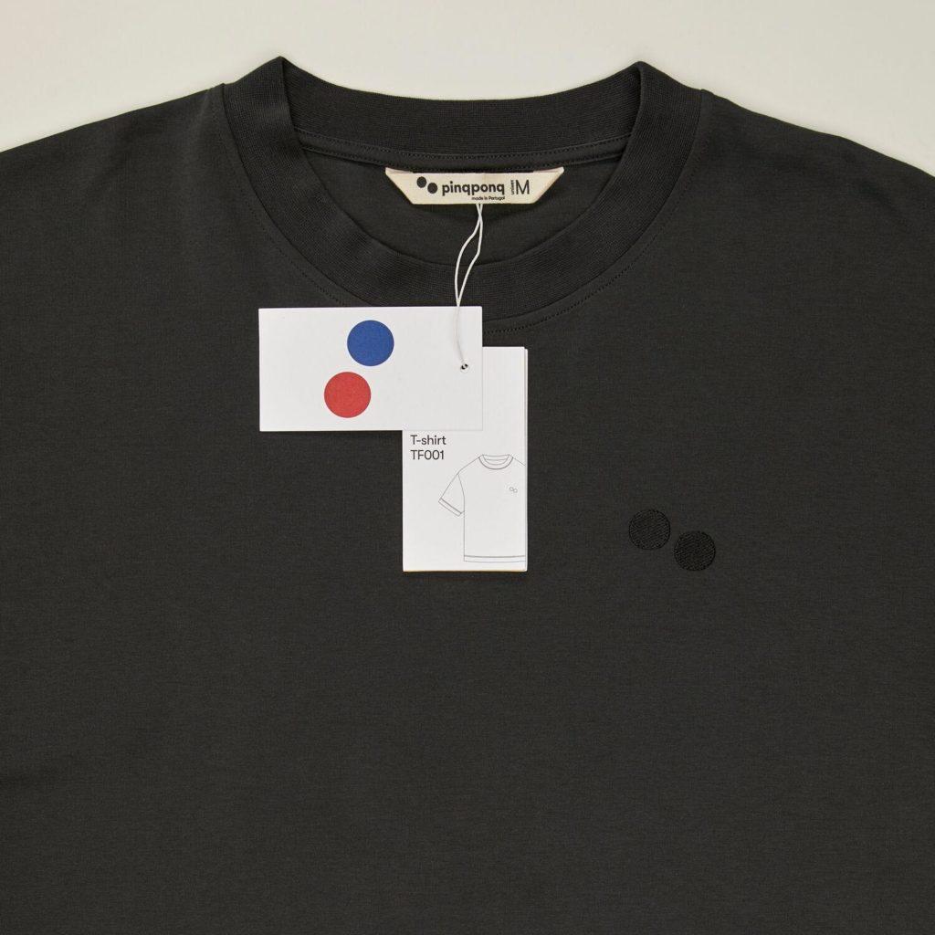 T-shirt i 100% ekologisk bomull. GOTS-certifierad PINQPONQ Peat Black