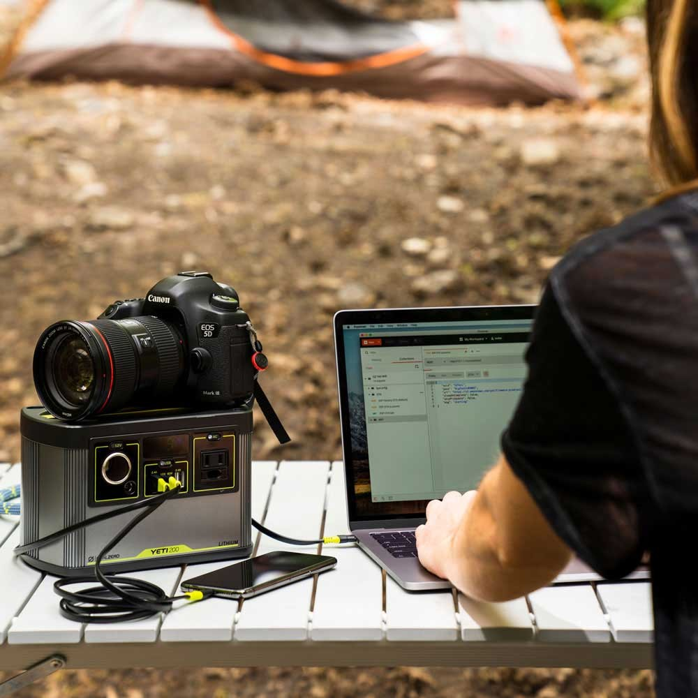 Yeti 200X kraftfull powerbank med 220V vägguttag, USB-C & 12-voltsutgång.